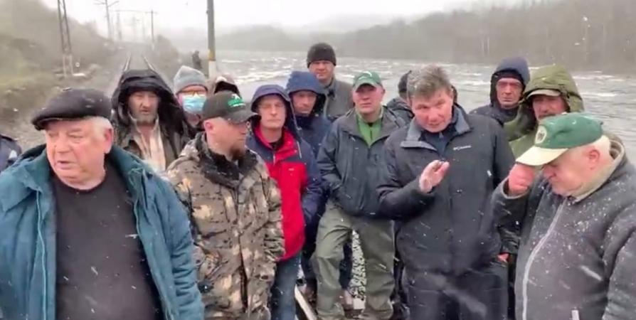 Рыбаки пожаловались губернатору на запрет лицензионного лова на реке Кола [видео]