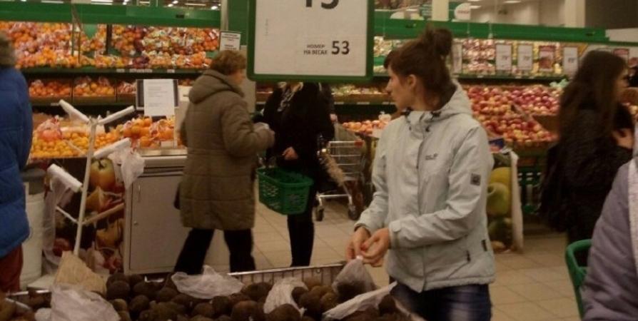 Двух агрессивных посетителей мурманского гипермаркета увезли в полицию