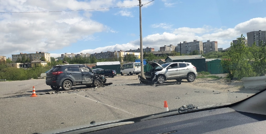 В Мурманске на Фадеевом Ручье столкнулись две иномарки