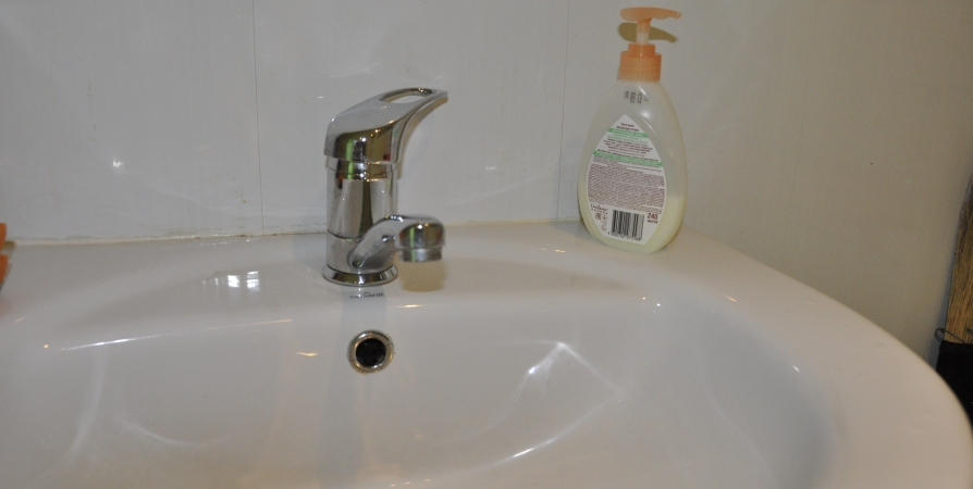 Для мурманчан на Буркова доставили бочку с водой из-за аварии