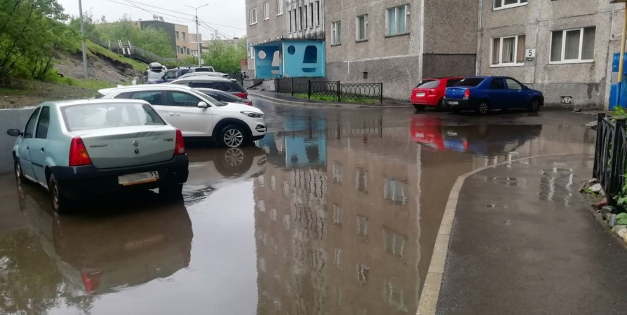 Мурманчане с Верхнеростинского пожаловались на затопленный двор